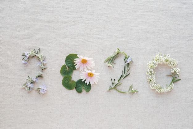 2020 aus winzigen blüten, blüten und blättern