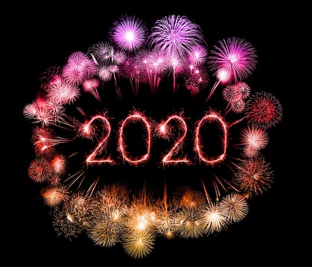 2020 guten rutsch ins neue jahr-feuerwerk geschrieben mit wunderkerzen nachts