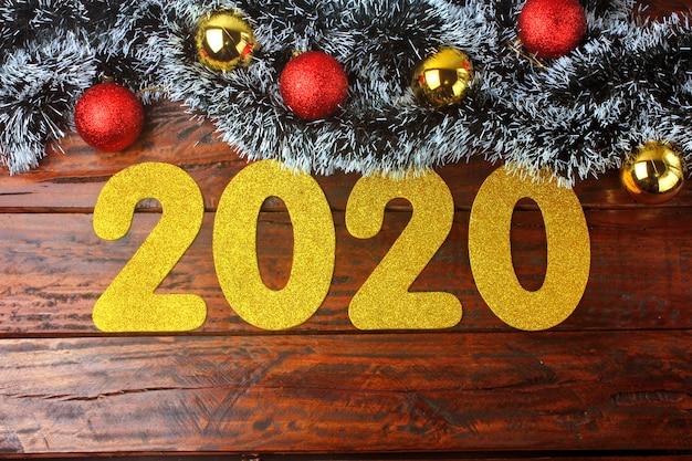 2020 neues jahr, goldene zahlen auf aufwändigem rustikalem holztisch