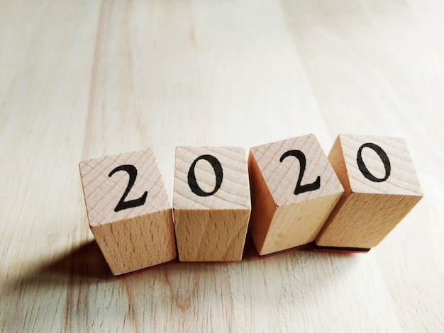2020 text-neues jahr auf hölzernen würfeln