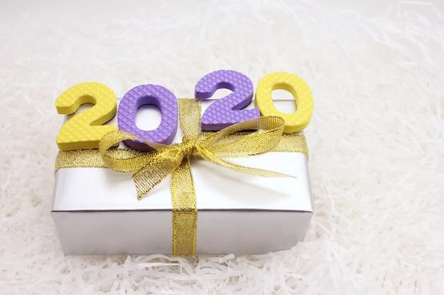 2020 zahlen auf der geschenkbox. frohes neues jahr.