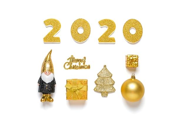 2020 zahlen verziert mit schein, elfe, baum, kasten, flitter in der schwarzen, goldenen farbe lokalisiert auf weißem hintergrund. frohes neues jahr, frohe weihnachten-konzept