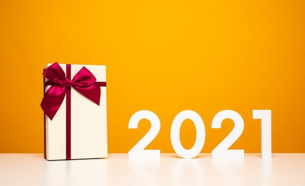 2021 auf dem weißen tisch und gelber hintergrundfarbe