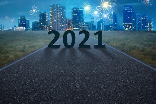 2021 auf der straße mit nachtszene. frohes neues jahr 2021