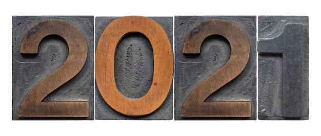 2021 buchdrucknummern aus holz, isoliert auf weiß