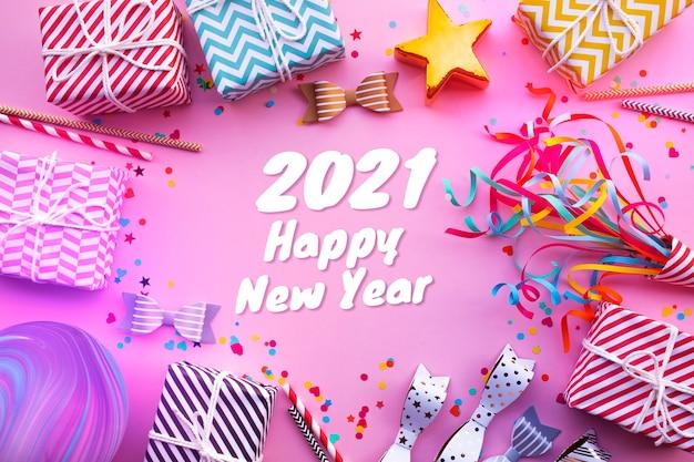 2021 frohes neues jahr feier konzepte mit geschenkbox und ornament in buntem hintergrund. wintersaison und jubiläumstag