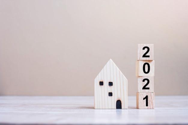2021 frohes neues jahr mit hausmodell auf tisch
