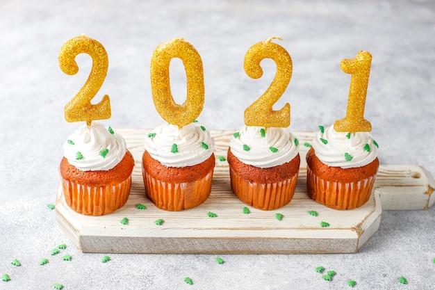2021 goldene kerzen auf cupcakes