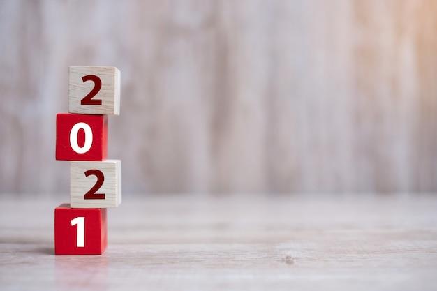 2021 holzklötze auf dem tisch anordnen