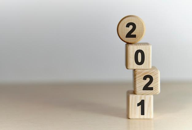 2021 jahre auf holzwürfeln auf einem gradientenhintergrund