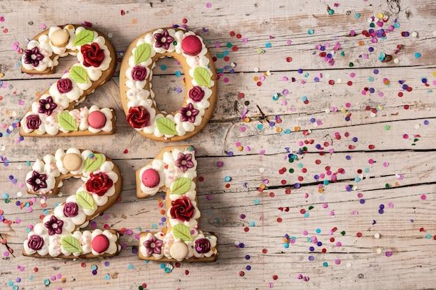 2021 kuchen mit blumen auf holz verziert.