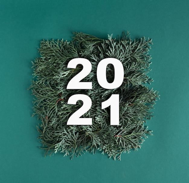 2021 mit grünen thuja-zweigen gemacht.
