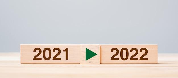 2021 und 2022 holzblock auf tischhintergrund. konzepte für vorsatz, strategie, countdown, ziel, veränderung und neujahrsferien