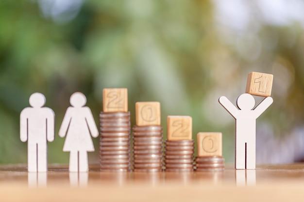 2021 und münzen stapeln. pensionskasse, passives einkommen. investition und ruhestand. wachstumskonzept für unternehmensinvestitionen. risikomanagement. budget 2021.