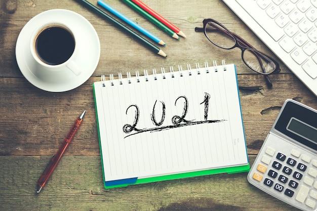 2021 und stationär mit computer in tabelle