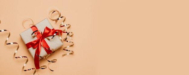 2021 zusammensetzung der versetzten geschenkverpackung mit roter schleife und goldenem glitzer-lametta