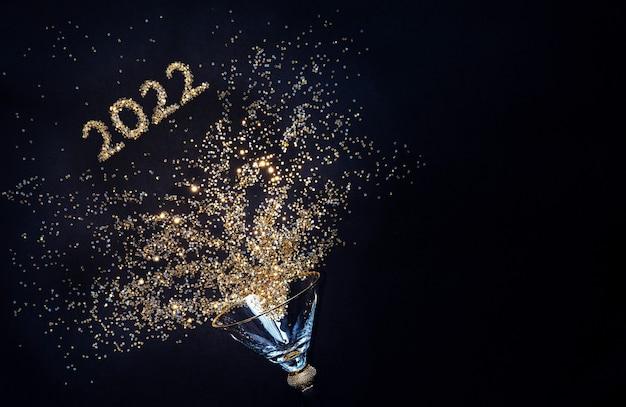2022 silvester und weihnachten. glänzendes glas auf schwarzem hintergrund. glänzende zahlen 2022 flach legen, platz kopieren