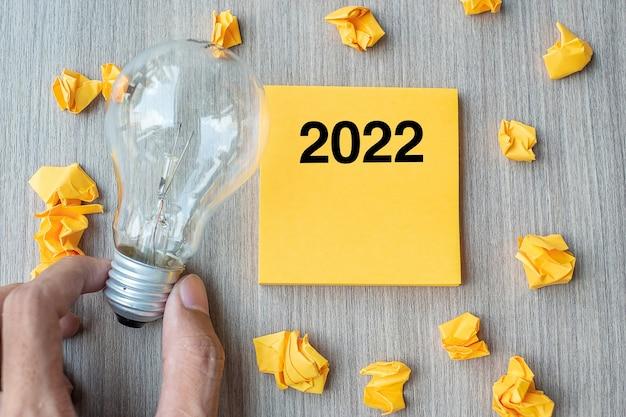 2022 wörter auf gelbem zettel und zerbröckeltem papier