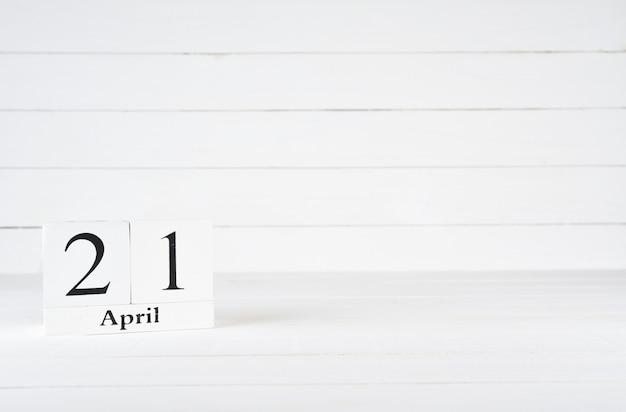 21. april, tag 21 des monats, geburtstag, jahrestag, holzblockkalender auf weißem hölzernem hintergrund mit kopienraum für text.