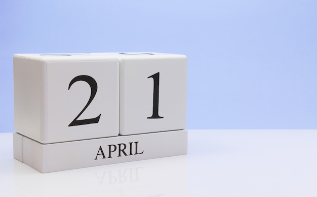 21. april tag 21 des monats, täglicher kalender auf weißer tabelle mit reflexion