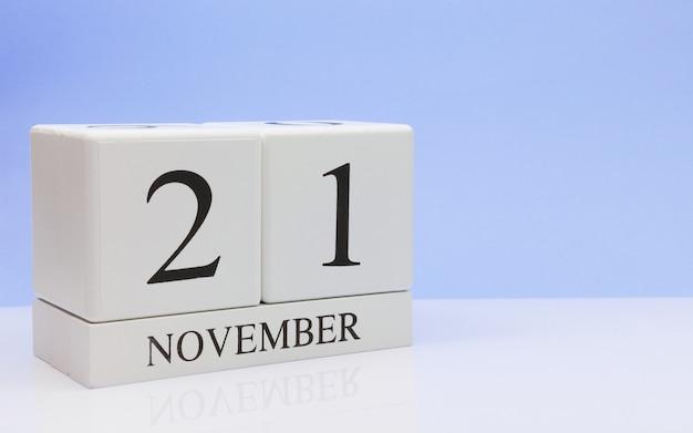 21. november tag 21 des monats, täglicher kalender auf weißer tabelle mit reflexion