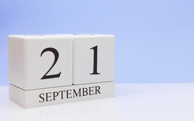 21. september tag 21 des monats, täglicher kalender auf weißer tabelle mit reflexion