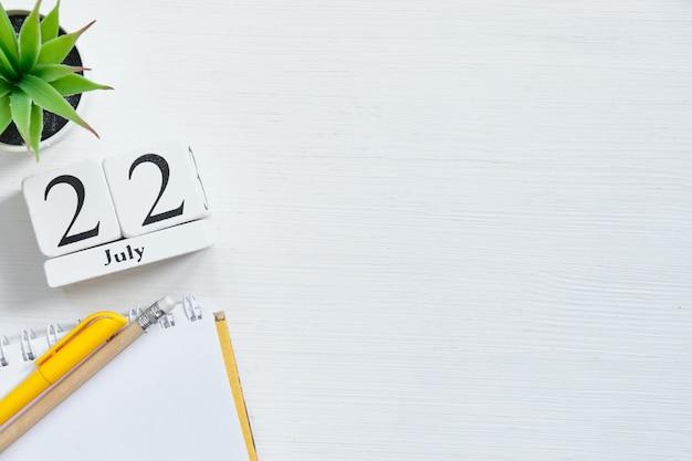 22. juli zweiundzwanzigster tag monat kalenderkonzept auf holzklötzen mit kopierraum
