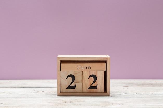 22. juni bild des hölzernen farbkalenders am 22. juni auf holztisch. sommertag
