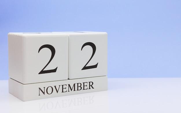 22. november tag 22 des monats, täglicher kalender auf weißer tabelle mit reflexion