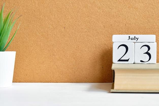 23. juli - kalenderkonzept des dreiundzwanzigsten tagesmonats auf holzklötzen mit kopierraum