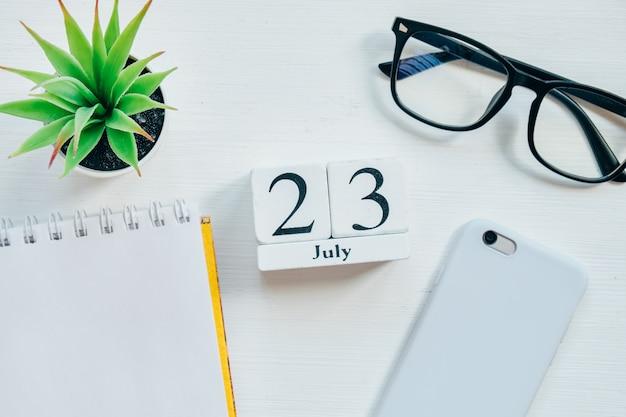 23. juli. kalenderkonzept des dreiundzwanzigsten tagesmonats auf holzklötzen.
