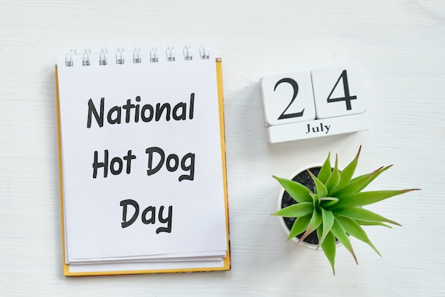 24. juli national hot dog day - kalenderkonzept des vierundzwanzigsten tages auf holzklötzen.