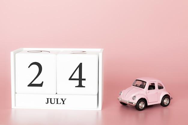 24. juli tag 24 des monats, kalenderwürfel auf modernem rosa hintergrund mit auto