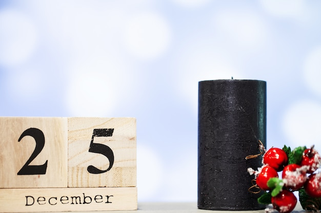 25. dezember und weihnachtsdekoration auf blauem hintergrund