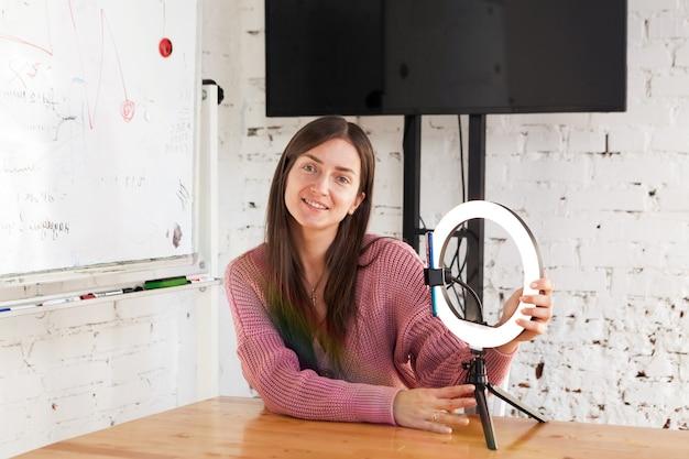 25-jährige bloggerin leitet live-übertragung und beleuchtet sich mit ringlampe im lichtraum