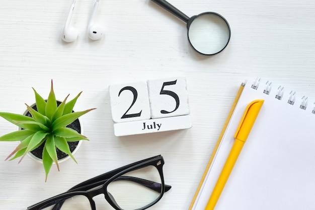 25. juli kalenderkonzept des fünfundzwanzigsten tagesmonats auf holzklötzen.