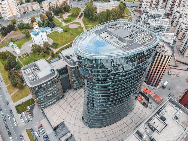 26.07.2019 st. petersburg, russland - luftaufnahme eines geschäftszentrums mit wolkenkratzerglas, einer bank, eines zentralen turms und zweier gebäude des hotel- und restaurantkomplexes.