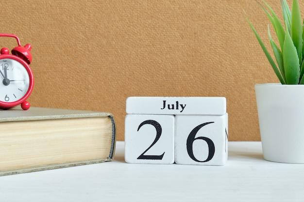 26. juli - kalenderkonzept des 26. tagesmonats auf holzklötzen.