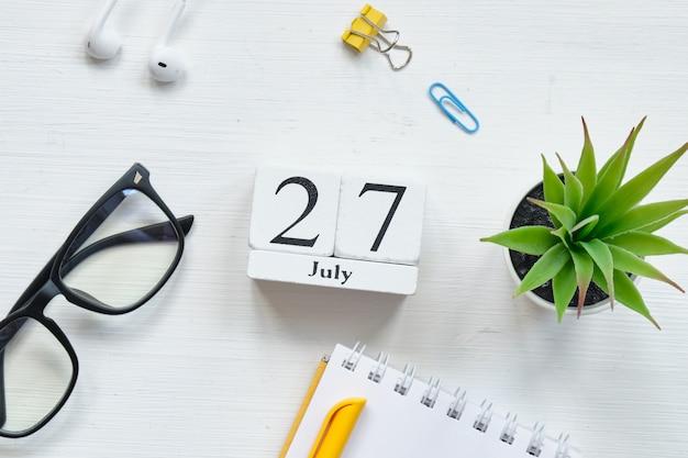 27. juli siebenundzwanzigster tag monat kalenderkonzept auf holzklötzen.