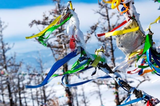 28. februar 2020, sibirien, russland: die buddhistischen gebete der aufklärung im winter an einem sonnigen tag auf der insel ogoy