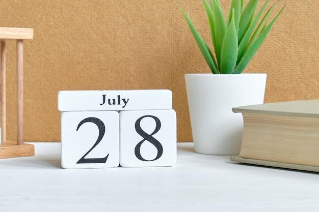28. juli - achtundzwanzigstes tagesmonat kalenderkonzept auf holzklötzen.