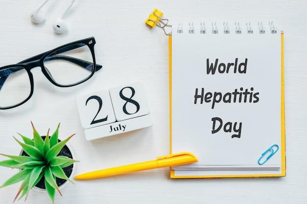 28. juli world hepatitis day achtundzwanzigster tag monat kalenderkonzept auf holzklötzen.