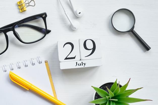 29. juli - kalenderkonzept des neunundzwanzigsten tagesmonats auf holzklötzen.