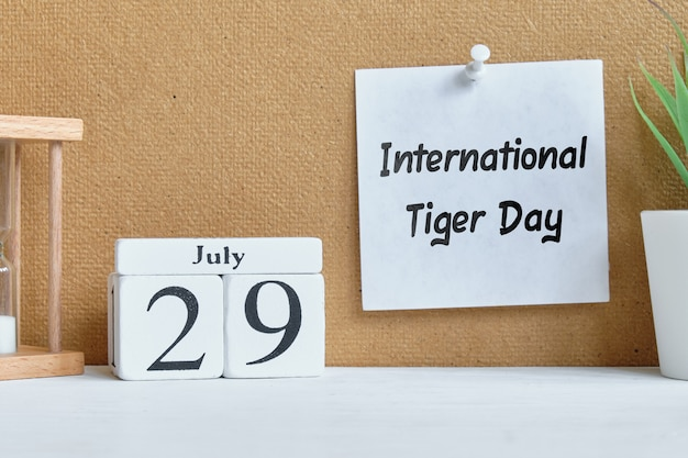 29. juli monatskalender auf holzklötzen - internationaler tiger tag