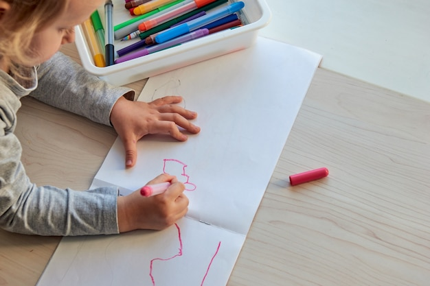 3 jahre mädchen zeichnet ein bild. kind zu hause, kindergarten und vorschule während covid-19 geschlossen