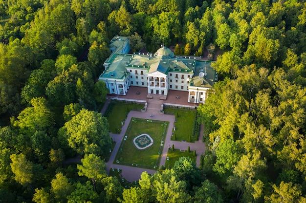 3. juni 2019. moskauer region, russland. das ehemalige alte adelshaus von lyalovo befindet sich im parkhotel morozovka.