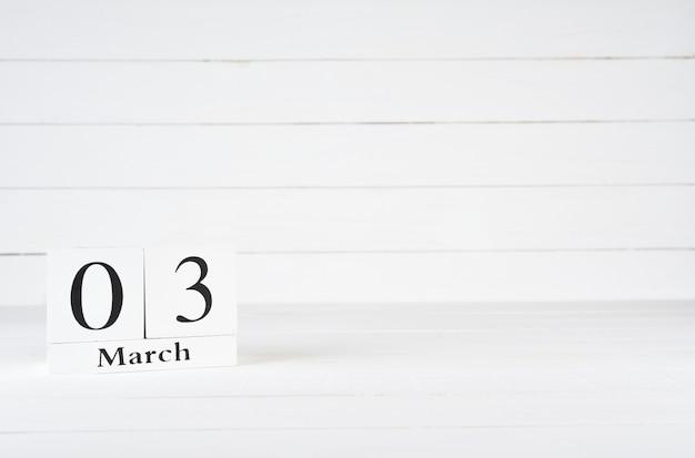 3. märz, tag 3 des monats, geburtstag, jahrestag, holzblockkalender auf weißem hölzernem hintergrund mit kopienraum für text.