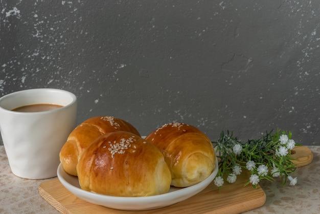 3 mini-butterbrötchen mit kaffee