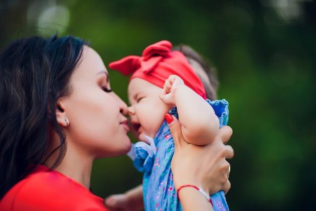 3 monate altes kind in mamas händen im freien. erster spaziergang für ein neugeborenes