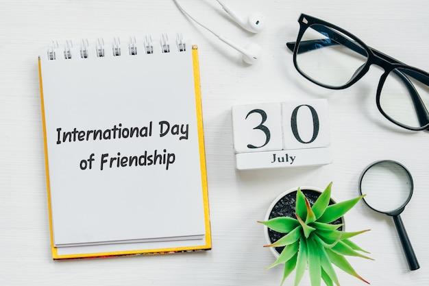 30. juli internationaler tag der freundschaft. kalenderkonzept des dreißigsten tagesmonats auf holzblöcken.